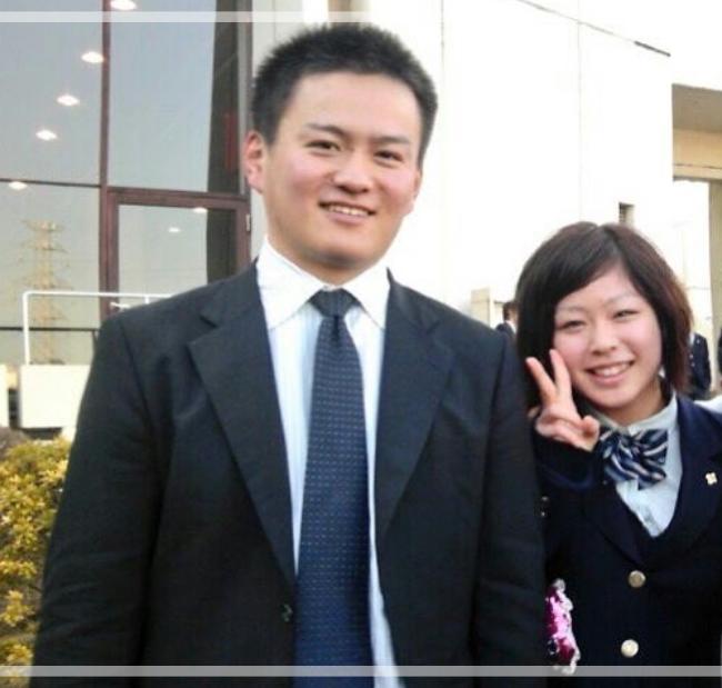 卒業式で高校の担任の先生と写真に写る植草歩さん