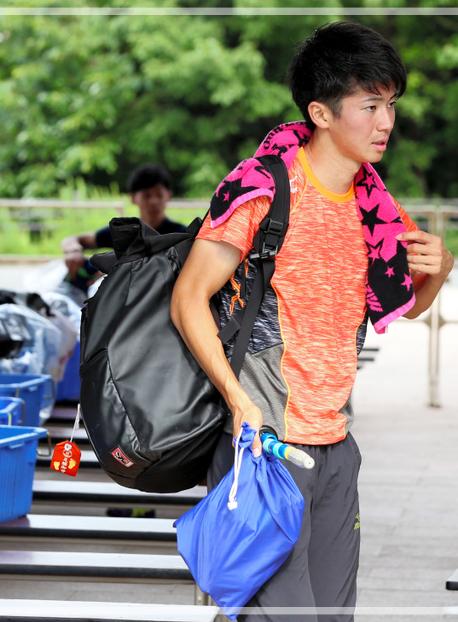西日本学生対校選手権でお守りをつけたリュックを背負う多田修平さん。