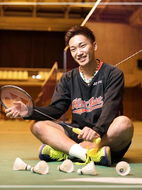 ラケットを持ち微笑む桃田賢斗さん。