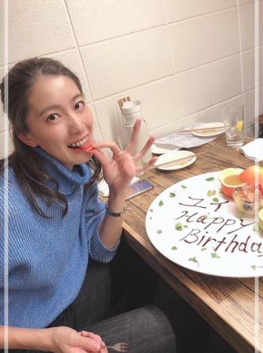 誕生日を祝ってもらっている大橋悠依さん。