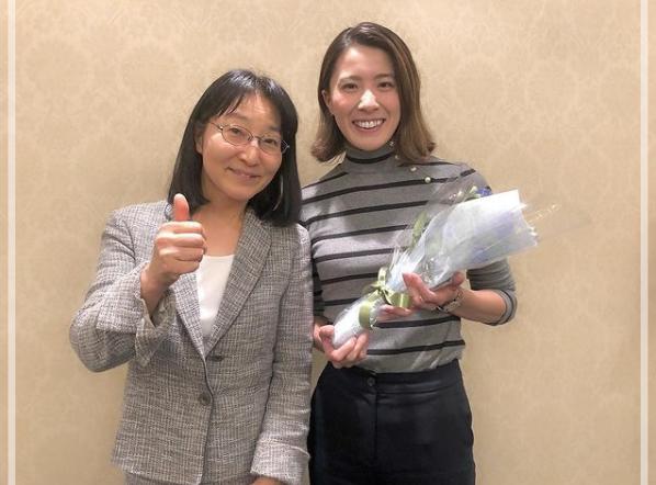 大学時代のゼミの先生と会う大橋悠依さん。