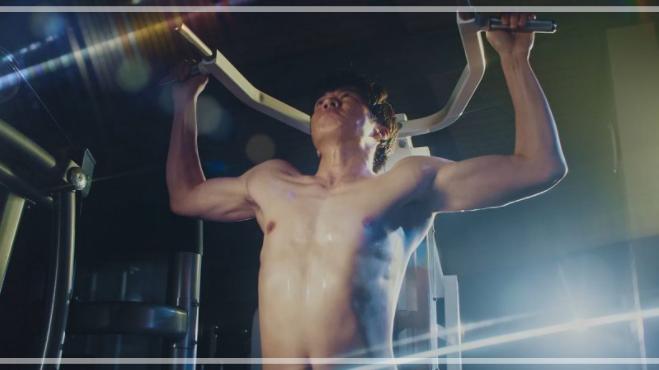 ボートレースのCMで体を鍛える田中圭さん。
