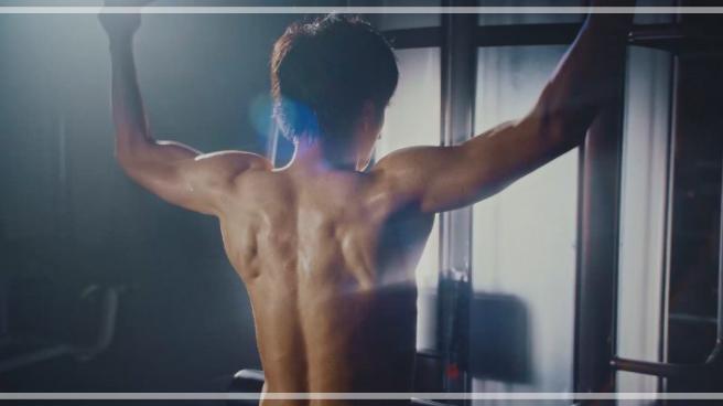 ボートレースのCMで背中の筋肉がかっこいい田中圭さん。