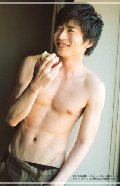引き締まった上半身の田中圭さん。